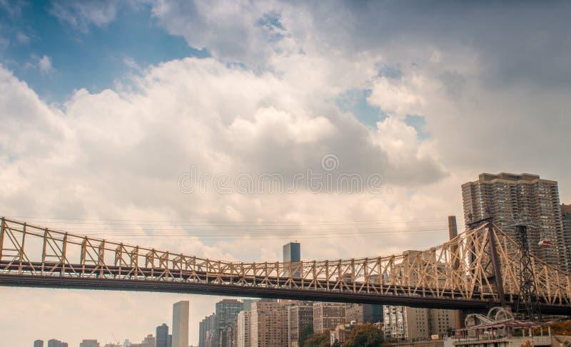曼哈顿桥梁和地平线  免版税库存照片