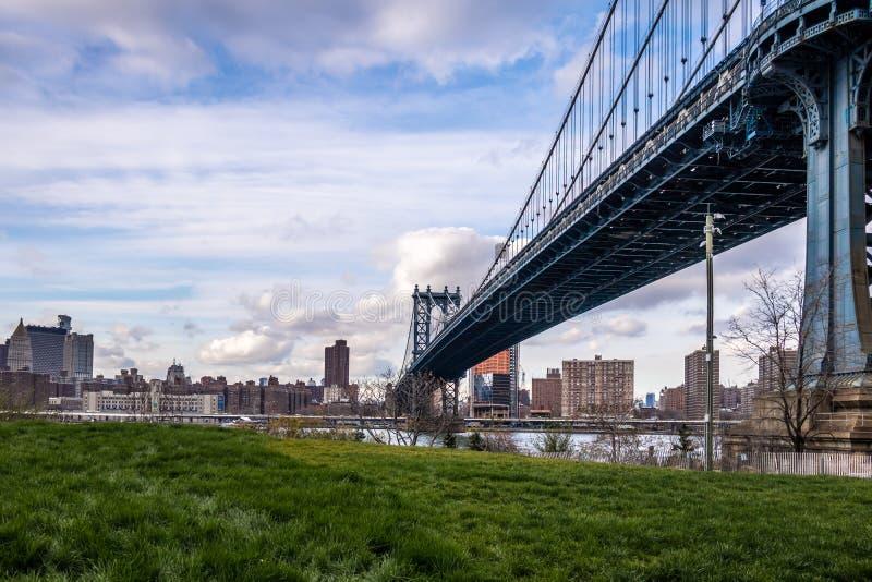 曼哈顿桥梁和从Dumbo看的曼哈顿地平线在布鲁克林-纽约,美国 库存图片