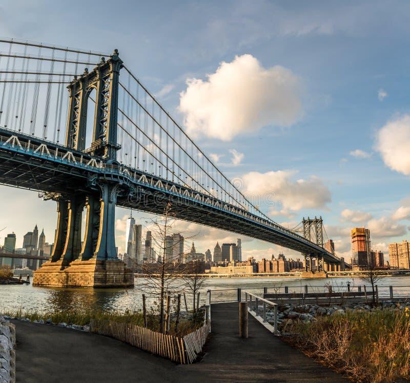 曼哈顿桥梁和从Dumbo看的曼哈顿地平线在布鲁克林-纽约,美国 免版税图库摄影