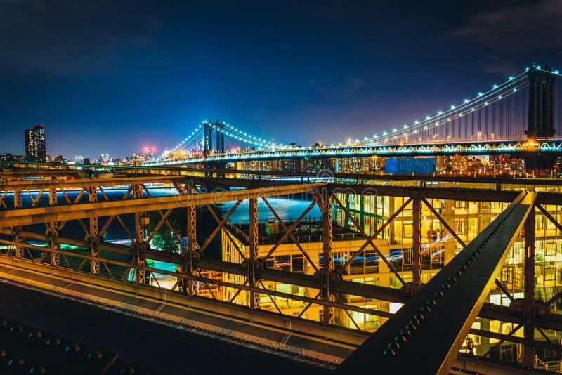 曼哈顿桥梁,看见从布鲁克林大桥在晚上, Ne 库存图片