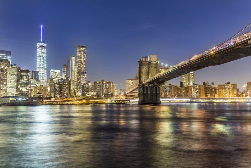 曼哈顿江边在晚上 免版税库存照片