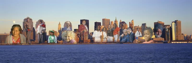 曼哈顿纽约地平线的综合图象与在大厦叠加的许多人民的 免版税库存图片