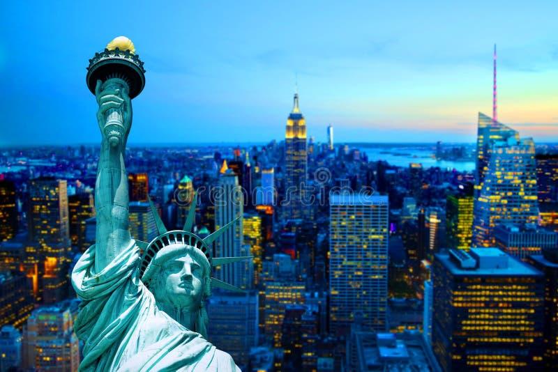 曼哈顿纽约地平线自由女神象日落黄昏夜 库存照片