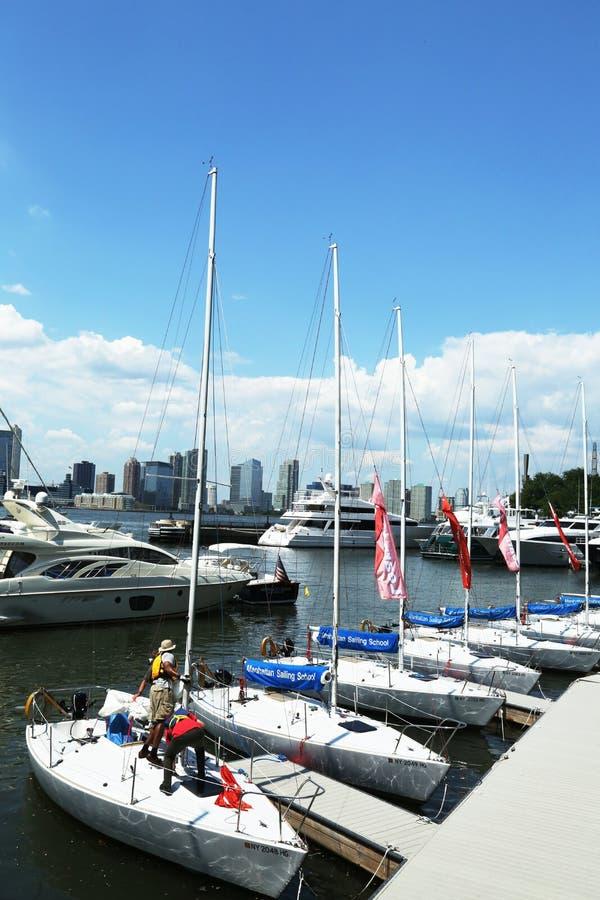 曼哈顿航行学校在北部小海湾小游艇船坞乘快艇在巴特里公园 免版税库存照片