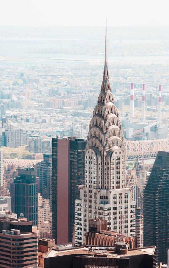 曼哈顿街道和屋顶有克莱斯勒大厦的 库存照片