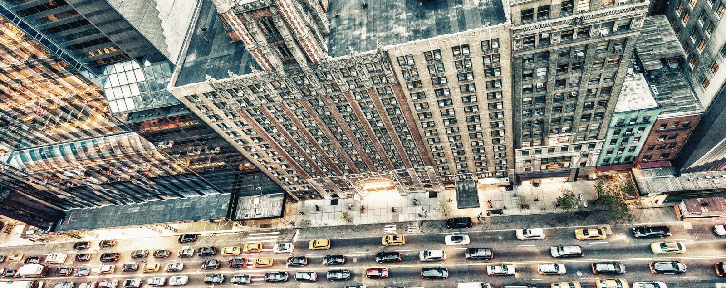 曼哈顿街道在晚上,从屋顶的鸟瞰图 库存图片