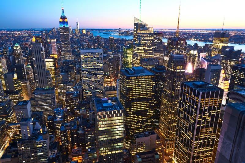 曼哈顿都市风景视图和帝国大厦在晚上 免版税图库摄影