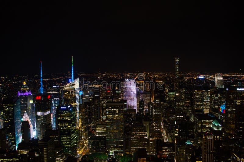 曼哈顿,从帝国大厦看的中间地区在晚上 免版税图库摄影