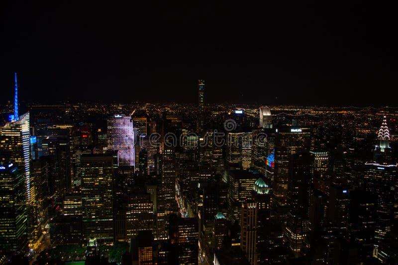 曼哈顿,从帝国大厦看的中间地区在晚上 图库摄影