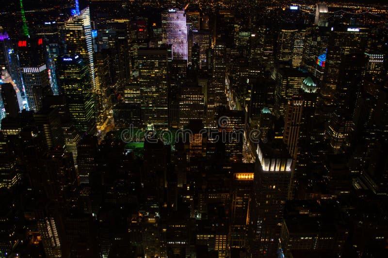 曼哈顿,从帝国大厦看的中间地区在晚上 库存照片