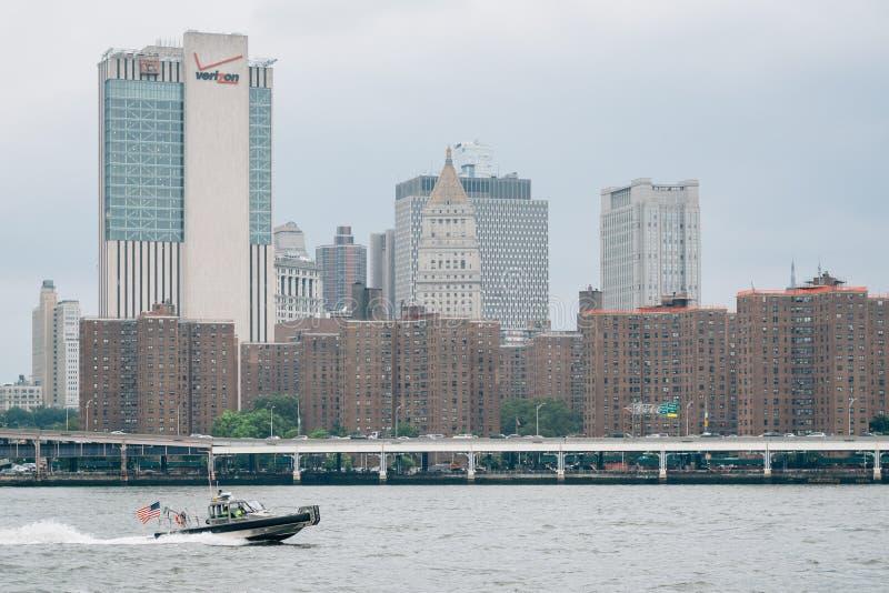 曼哈顿East河和看法从DUMBO的在布鲁克林,纽约 免版税库存图片