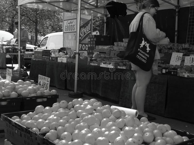 曼彻斯特市场作战与动物实验`的顾客`由街道食品厂家在卡迪里庭院 库存图片