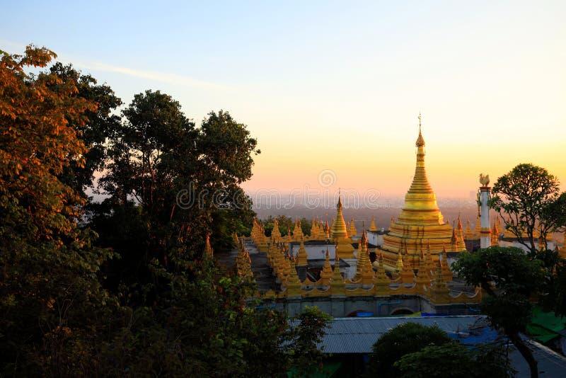 曼德勒小山观点的金黄塔在日落期间 免版税图库摄影