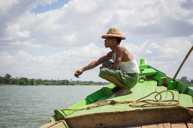 曼德勒缅甸- 2014年7月25日:一位地方缅甸渔夫是si 图库摄影
