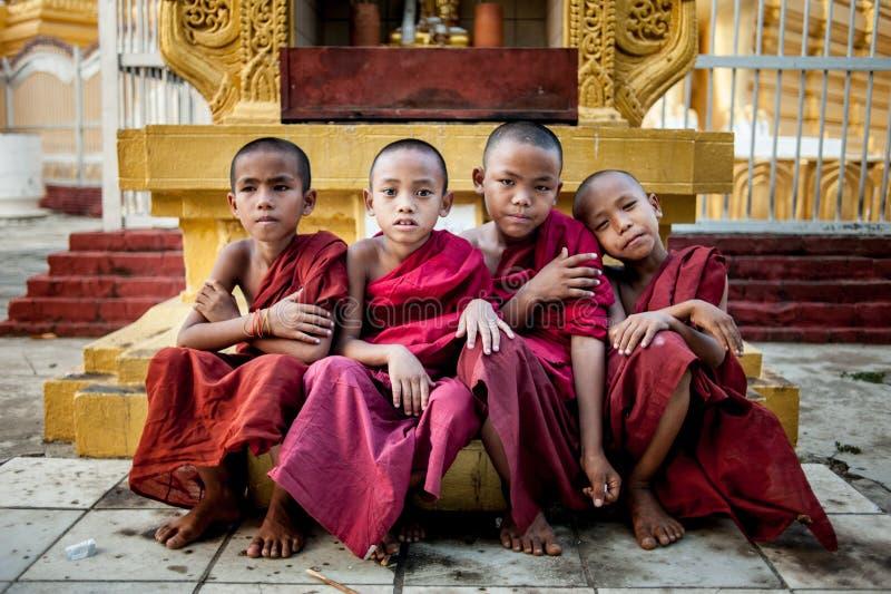 曼德勒, MYANMAR-MAY 1 :在Hsinbyume塔寺庙onMAY 1日的未认出的年轻佛教新手前面寺庙2013年在曼德勒,我 免版税库存图片