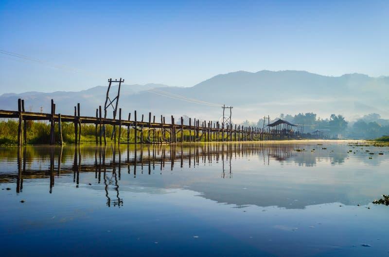 曼村Thauk桥梁, Inle湖,掸邦,缅甸。 免版税库存照片