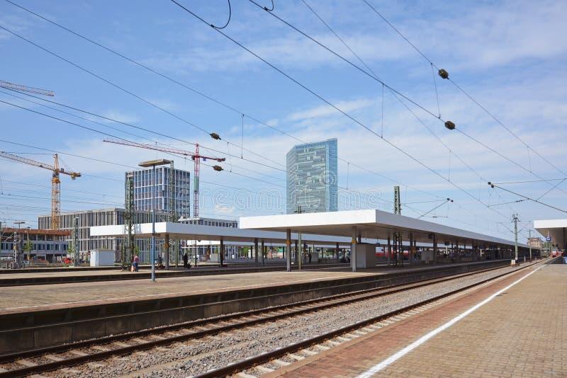 曼海姆主要火车站轨道和平台在与天空蔚蓝的夏日 免版税库存图片