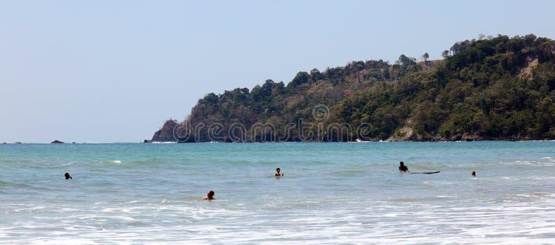 曼纽尔安东尼奥国家公园海滩在哥斯达黎加,多数美丽的海滩全景在世界上,冲浪者在美国靠岸 免版税库存照片
