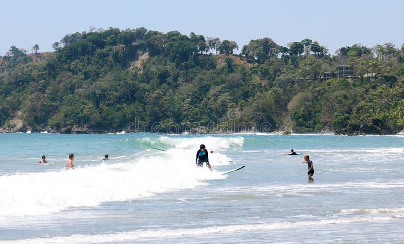 曼纽尔安东尼奥国家公园海滩在哥斯达黎加,多数美丽的海滩全景在世界上,冲浪者在美国靠岸 免版税图库摄影