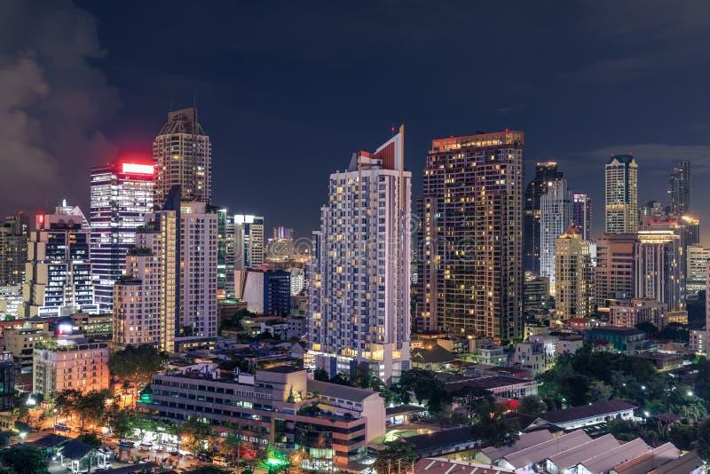 曼谷与摩天大楼的商业区都市风景在晚上,泰国 免版税库存照片