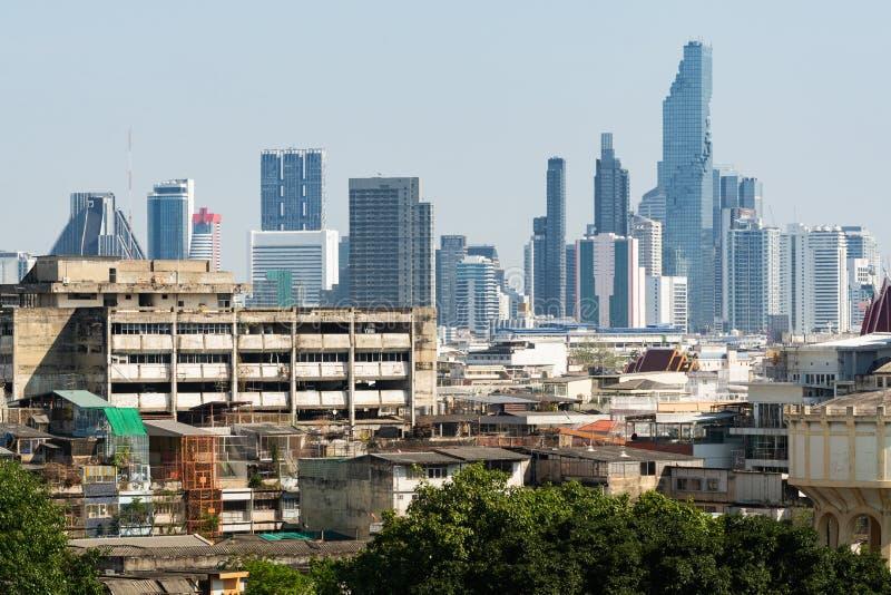曼谷全景城市地平线有贫民窟的前景的,泰国 免版税库存照片
