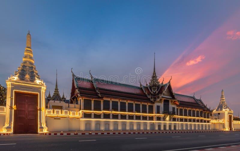 曼谷在日落的盛大宫殿和Wat phra keaw 免版税库存照片