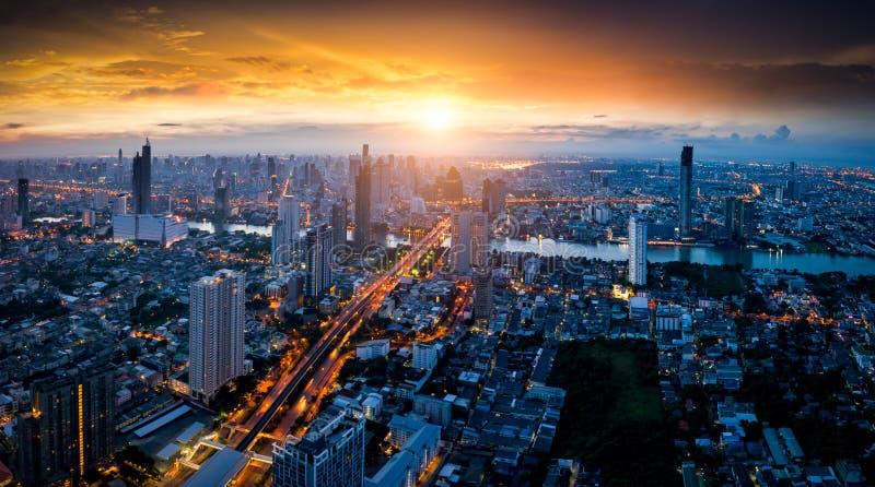 曼谷地平线全景和摩天大楼鸟瞰图有ligh的 库存图片
