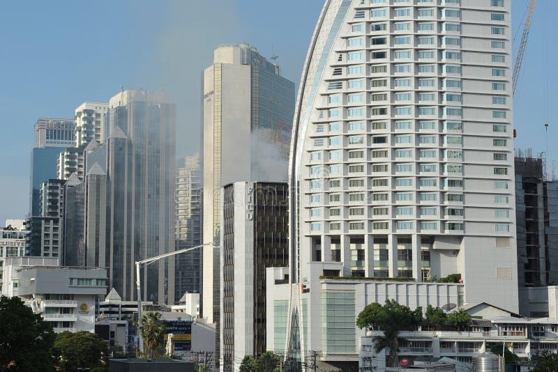 曼谷大厦火上升烟 免版税库存图片