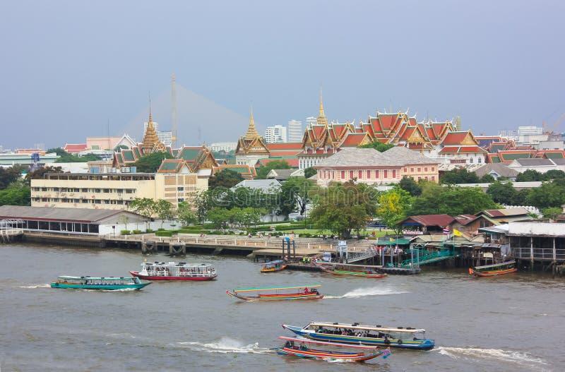 曼谷大皇宫丝毫昭拍耶河的遥远的看法在曼谷 免版税库存图片