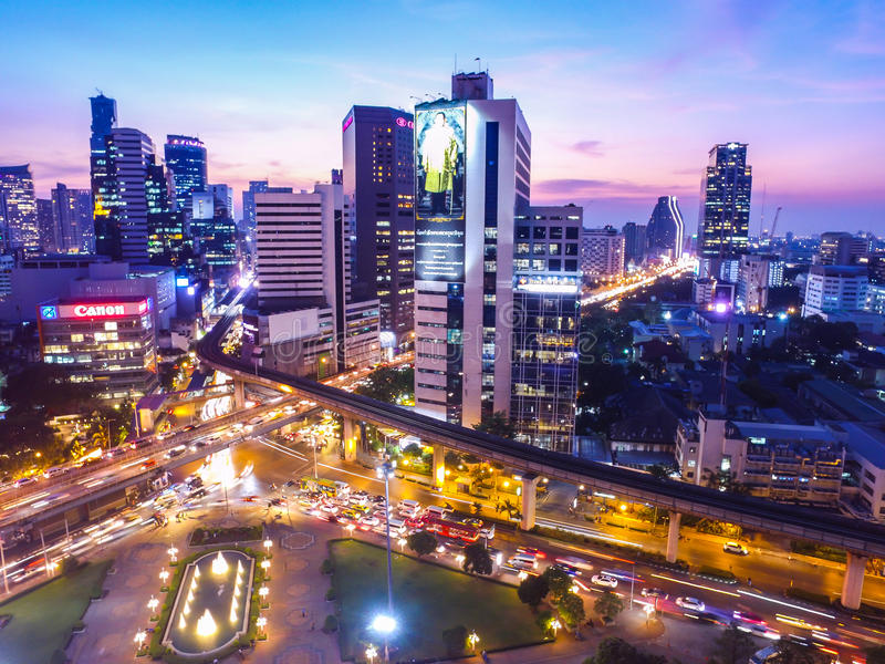 曼谷市在微明下 免版税库存图片