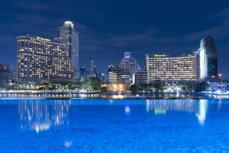 曼谷市地平线在与街市区和事务,旅行的晚上 免版税库存图片