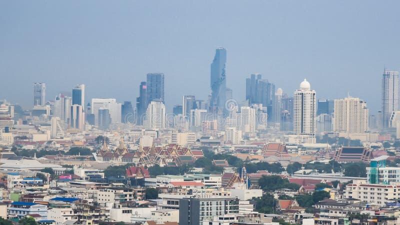 曼谷市地平线都市风景 曼谷区污染乘汽车和产业在街市 曼谷气候变化污染 库存图片