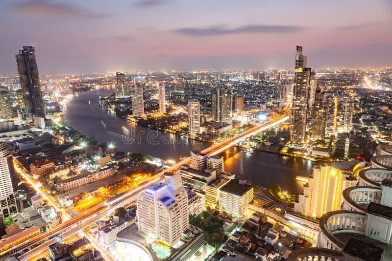 曼谷市摩天大楼泰国空中夜视图  库存照片