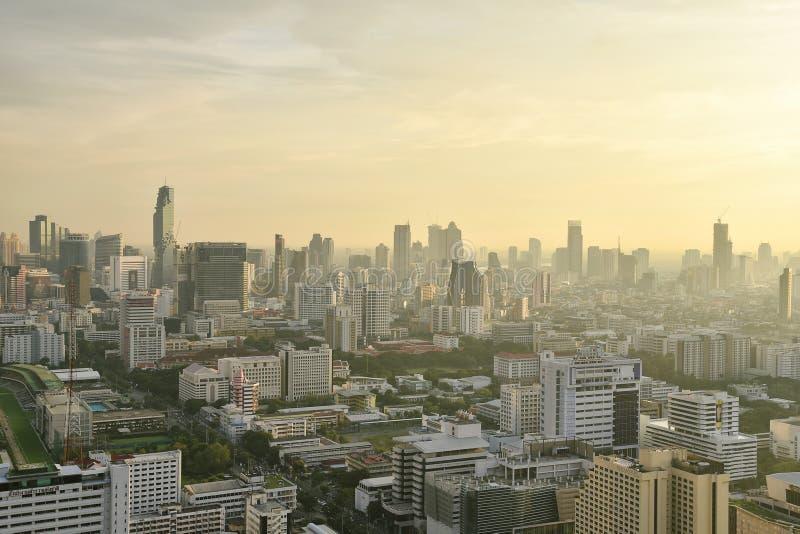 曼谷市,泰国-都市办公楼、被污染的城市充分尘土和烟雾,大气污染 库存照片