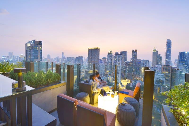 曼谷市从屋顶酒吧的观点 库存照片