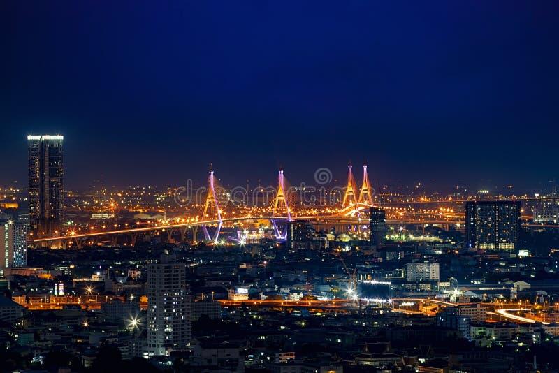 曼谷市Scape 泰国夜视图看法在企业地点 美好的普密蓬桥梁和河风景 ?? 免版税库存照片