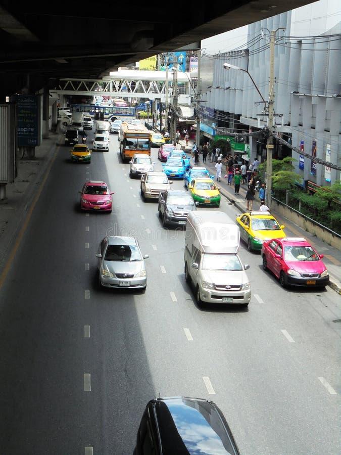 曼谷泰国:在六车道stre的灵活的交通条件 库存照片