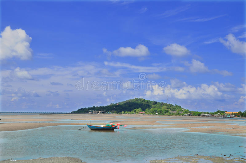 曼谷泰国:蓝色海、蓝天和微小的小船 库存照片