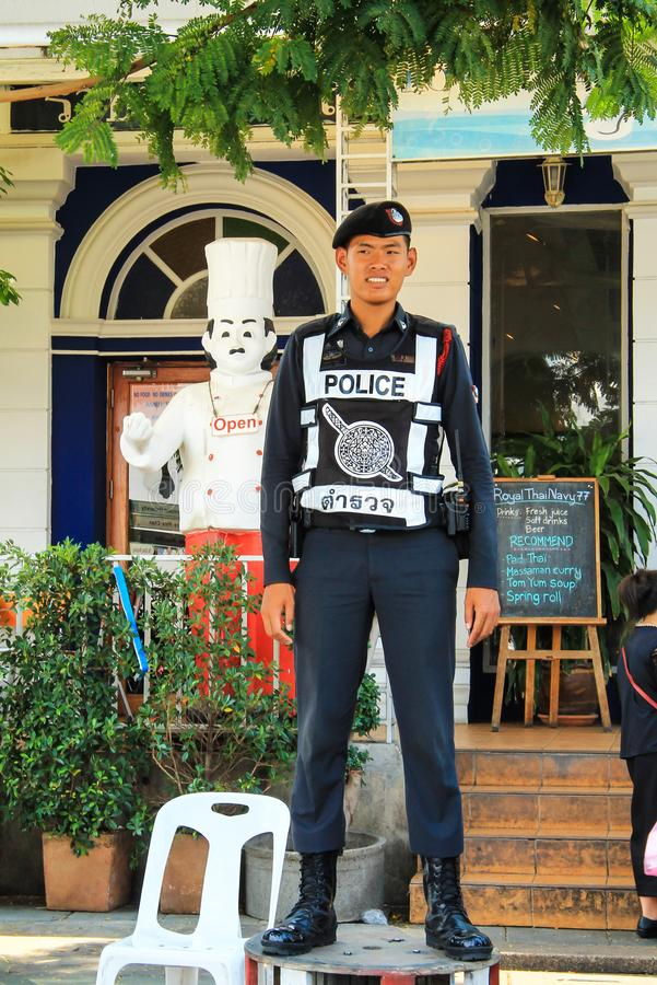 曼谷泰国 一位年轻警察守卫外面 泰国的警察 制服的人 库存照片