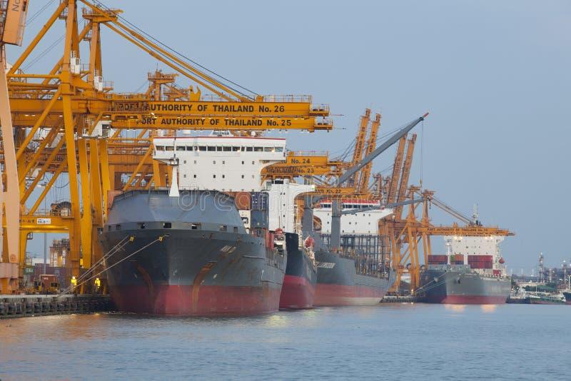 曼谷泰国-事务6月27,201bangkok,大,货物, chao praya,城市,城市, container3 :大船装货容器 库存照片