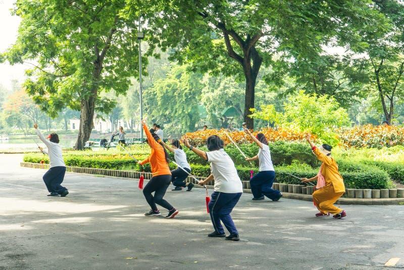 曼谷泰国- 2018年6月28日:妇女是与swo的锻炼 免版税库存照片