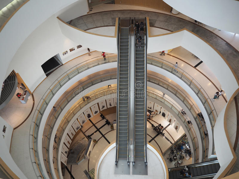 曼谷泰国- 2016年8月7日:走道曼谷艺术的自动扶梯大厅和文化集中 它是著名陈列和contempor 免版税库存图片