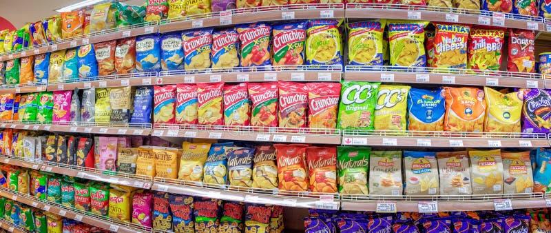 曼谷泰国- 5月26日:Foodland超级市场在维多利亚的充分地库存薯片各种各样的进口的和国内品牌  免版税库存照片