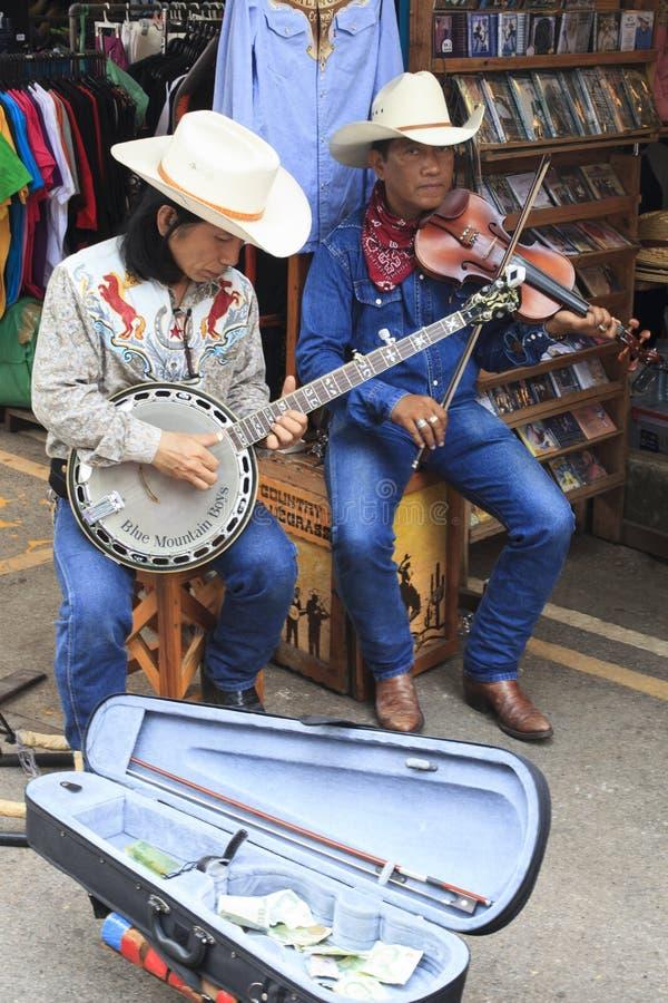 曼谷泰国- FEB22 :弹班卓琵琶吉他的西部音乐家 免版税库存图片