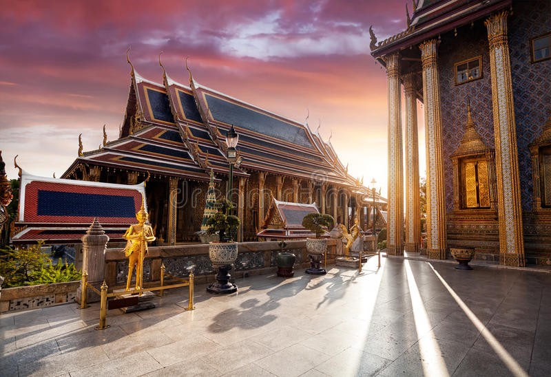 曼谷玉佛寺在日落的曼谷 库存照片