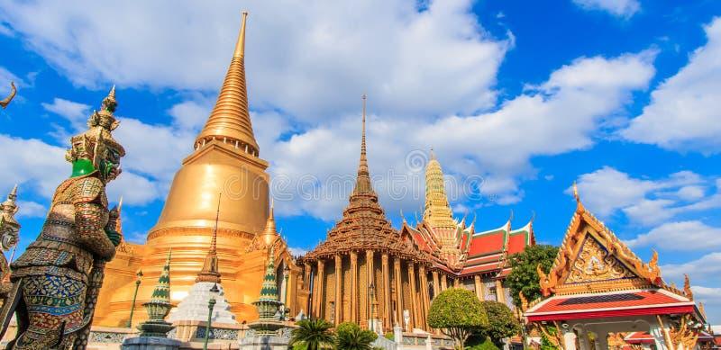 曼谷玉佛寺的塔在泰国 免版税库存图片