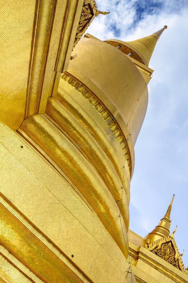曼谷玉佛寺的金黄塔 鲜绿色菩萨寺庙在曼谷,泰国 免版税图库摄影