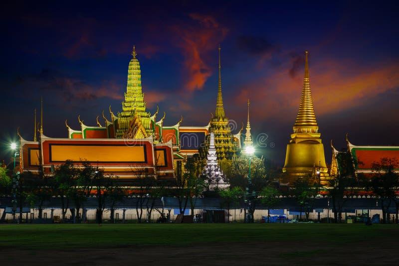 曼谷玉佛寺-鲜绿色菩萨寺庙在曼谷 库存图片