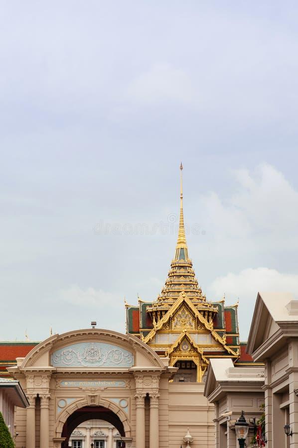 曼谷盛大宫殿` Chakri玛哈Prasat `王位大厅金黄门面和屋顶  库存照片