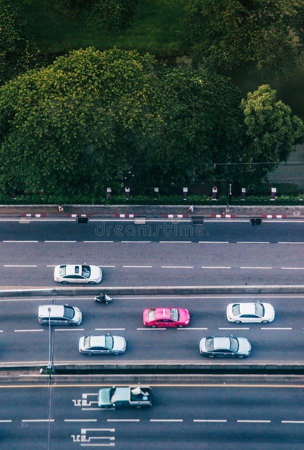 曼谷街道鸟瞰图有汽车和豪华的绿色Lumpini的p 库存照片